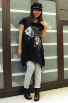black a gift hat - black a gift t-shirt - gray giordano pants - black Virtual Ma