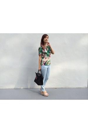 light blue jeans - green shirt