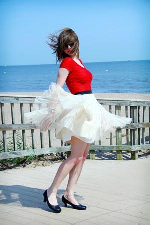 ivory tulle Forever 21 skirt - red Forever 21 bodysuit - black Mudd heels