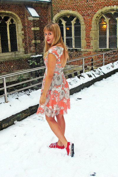 salmon rire boutique dress - red fake converse sneakers