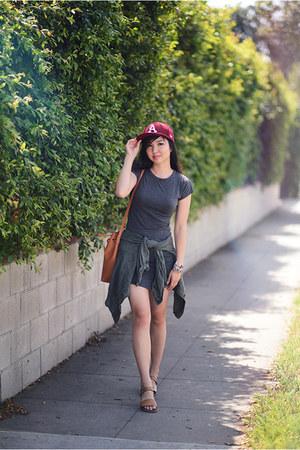 gray t-shirt Boohoo dress - brick red baseball new era hat