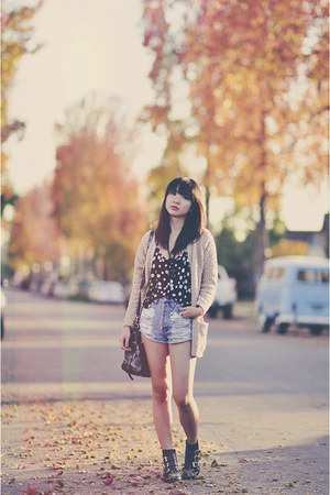 beige cozy Forever21 sweater - navy daisy print kirra top