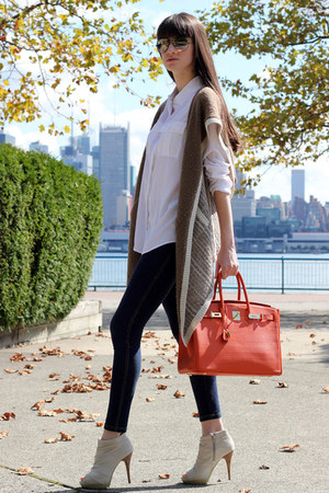 carrot orange Hermes bag - camel Ray Ban sunglasses - ivory Miss Sixty heels
