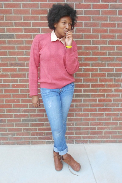coral sweater - blue slouchy slim jeans - light orange collar necklace