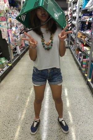 crop top Pink sugar t-shirt - Levis shorts - wooden beads Earthborn accessories