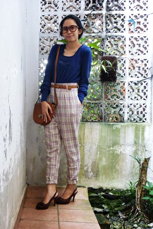 neutral baggy pants - burnt orange leather purse - navy knitted cardigan