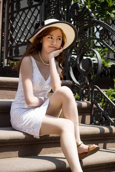 white banana republic dress - straw hat hat - pearls accessories