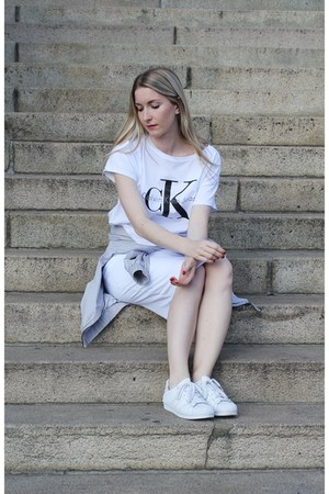 white calvin klein top - white Adidas sneakers