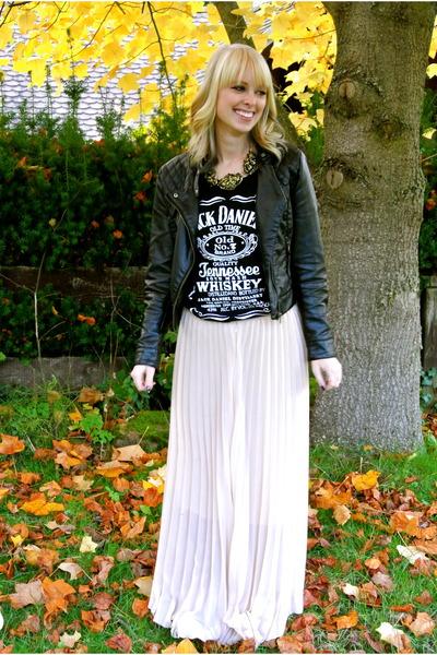neutral pleated cichic skirt - black jack daniels Amason shirt