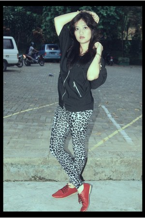 GAYAKU shoes - leopard print LIS leggings - black blouse