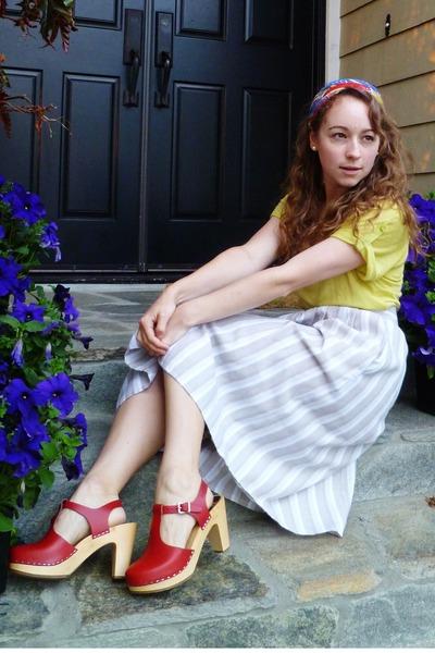floral print vintage scarf - beige striped thrifted vintage skirt - chartreuse T