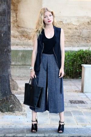 black Guess purse - black asos heels - black Forever 21 top - black Zara vest
