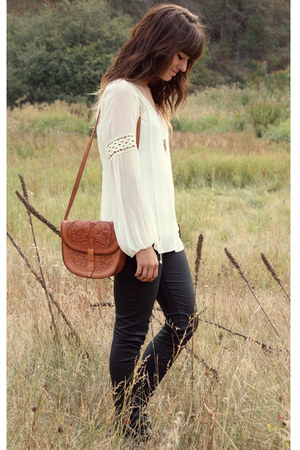 ivory Daniel Rainn blouse - tawny vintage bag - black Hudson pants