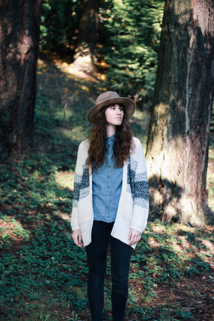 ivory Tobi cardigan - black madewell jeans - camel Urban Outfitters hat