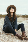 Dark-brown-vintage-boots-black-lou-grey-jeans-camel-urban-outfitters-hat