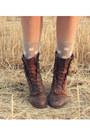 Brown-vintage-boots-dark-brown-vintage-bag-beige-knitted-cape