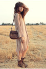 Brown-vintage-boots-dark-brown-vintage-bag-beige-knitted-cape
