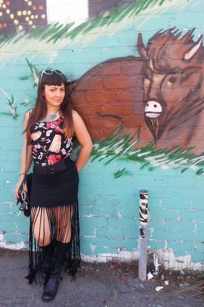 black Aldo boots - gray vintage coach purse - black long fringe Forever 21 skirt