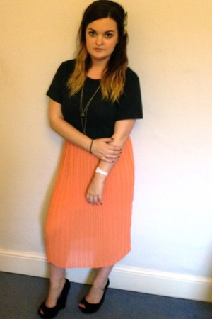 chiffon Love skirt - cotton American Apparel t-shirt - fake suede Chokers wedges