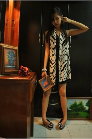 white shoes - black dress - white zebra print scarf