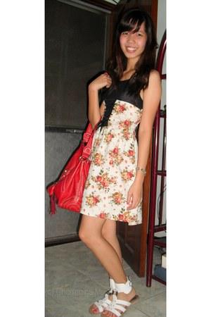 beige RAMP dress - red shoulder bag - white flat sandals - red ring