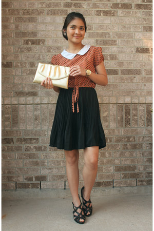 gold gold clutch purse - light orange dress - black heels