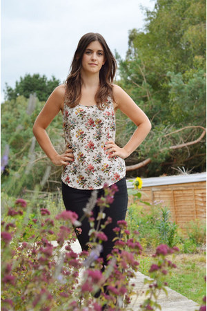 neutral floral Oasis top - black skinny jeans Gap jeans
