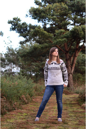 beige Vacant sweater - navy mother jeans - heather gray TOMS sneakers