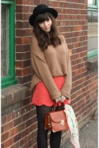 camel big jumper - red scalloped shorts