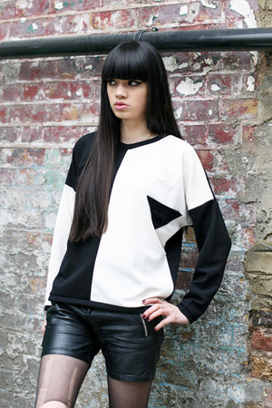 black THE WHITEPEPPER top