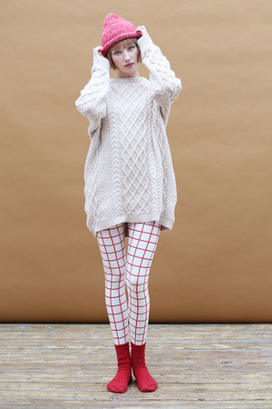 red THE WHITEPEPPER hat - white THE WHITEPEPPER leggings