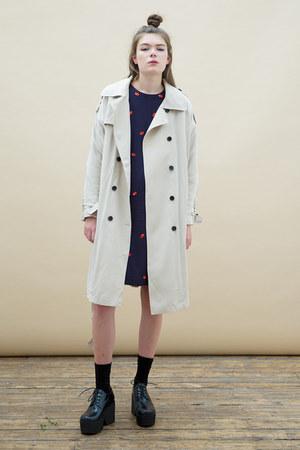 beige THE WHITEPEPPER coat - black THE WHITEPEPPER shoes