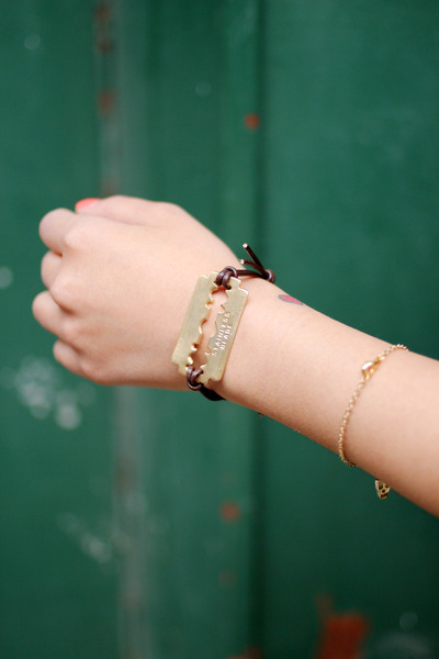 gold metal THE WHITEPEPPER bracelet