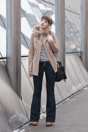 black H&M t-shirt - navy Levis jeans - bronze ryłko heels