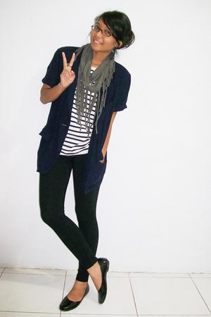 blue blazer - t-shirt - black leggings - gray scarf - black shoes