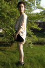 Black-shoes-black-shorts-beige-blouse-gold-necklace