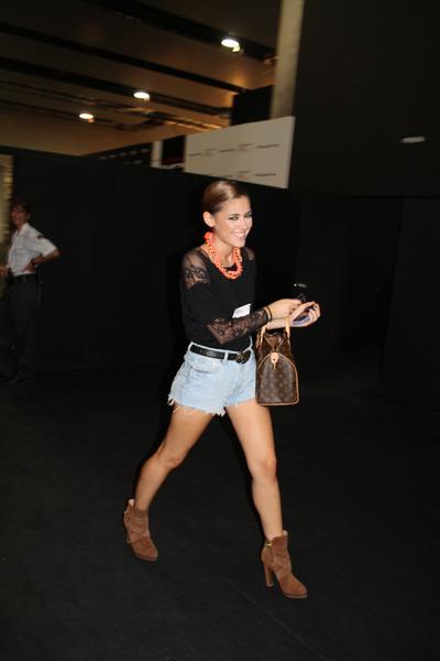 Uterqe boots - Louis Vuitton bag - DIY shorts - Zara top - Zara belt