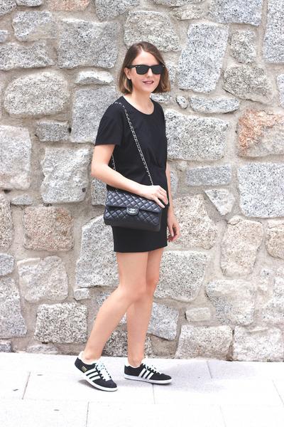 black Chanel bag - black ray-ban sunglasses - black The Kooples skirt
