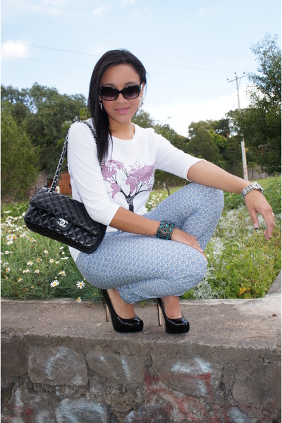 white Carolina Herrera t-shirt - black Chanel bag - black Aldo heels
