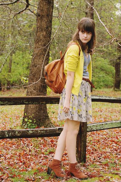 brown heeled Bear Traps boots - brown backpack vintage bag