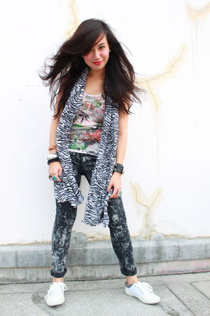 black zebra-print scarf - white gray detail shoes - black acid wash jeans