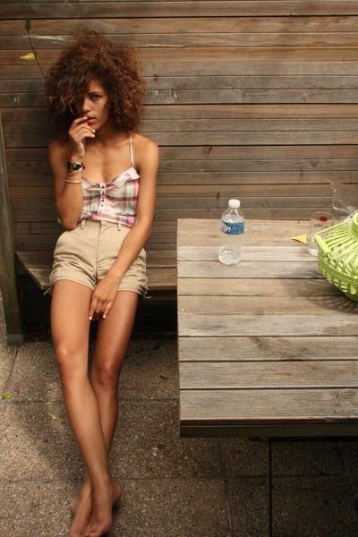 pink Roxy top - beige American Apparel shorts