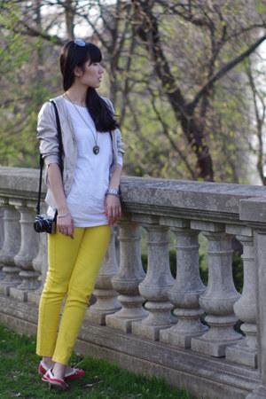tan no brand jacket - white vince shirt - yellow no brand pants - red liz claibo