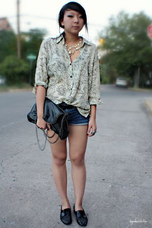 black leather chained Forever 21 bag - blue Levis shorts