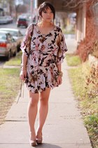 tan floral sharuhachi dress - gold feather Forever 21 earrings