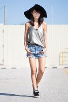 sky blue vintage shorts - light brown Paint it Red top - black Converse sneakers