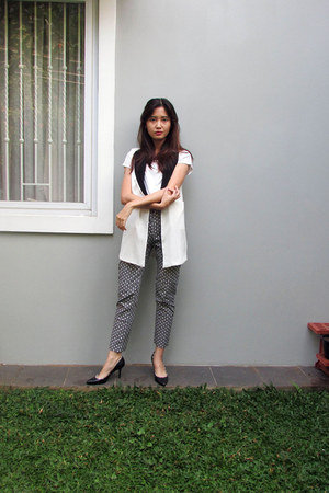 white lookboutique vest - white printed H&M pants - black Charles & Keith heels
