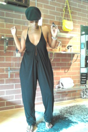black gestuz jumper - black Kangol hat - black Cocobelle sandals