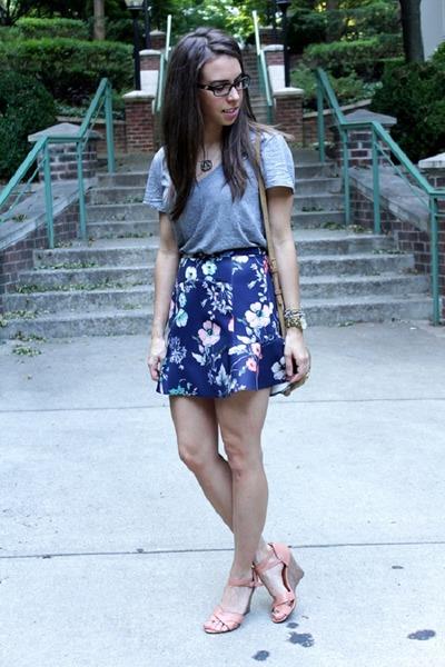 navy floral Zara skirt - heather gray v neck Jcrew t-shirt
