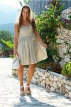beige Ni dress - white Ni bag - white castaner wedges